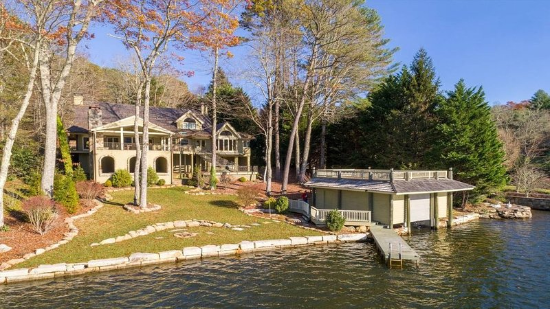 Luxury, Lakefront home w/ Kayaks, Paddle Boards, Canoe, Toys & more..., Ferienwohnung in Lake Toxaway