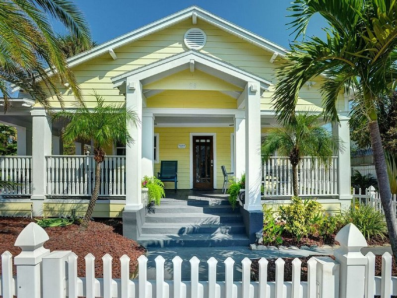 Key West Style Home. Covered Porch w/GULF VIEW. all Beach Gear. 30 Secs to Sand!, vacation rental in Clearwater