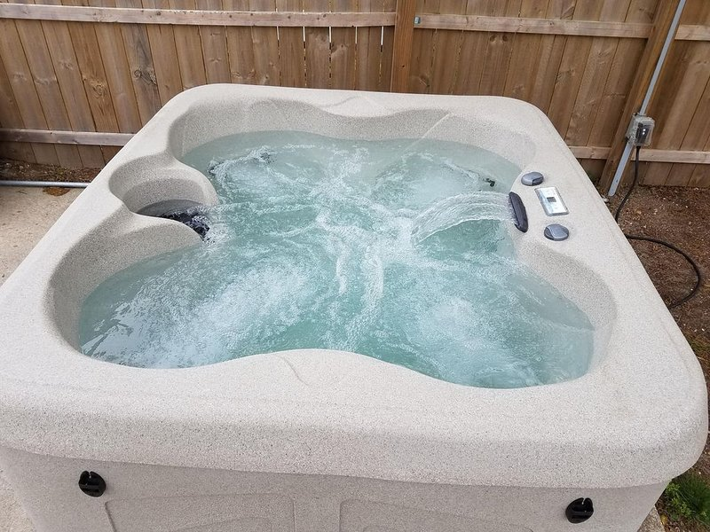 Beautiful, DOG FRIENDLY, HOT TUB, Newly Renovated Cottage, holiday rental in Lower Township