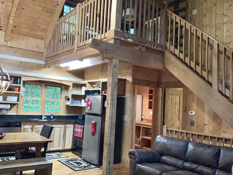 Hillside Hideaway w/ Hot tub, Game Room,Sleeps 9,< 2 Miles to Art District, vacation rental in Gatlinburg