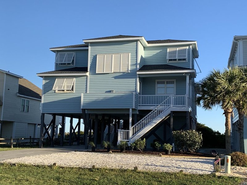 Renovated Oceanfront Cottage | Views of the Atlantic from Every Room, alquiler de vacaciones en Holden Beach