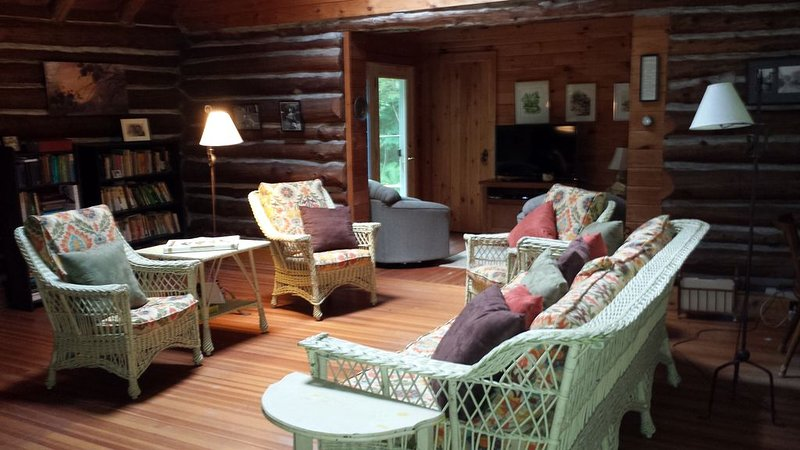 Cozy renovated cabin in Williamstown, steps from hiking trails, aluguéis de temporada em Williamstown