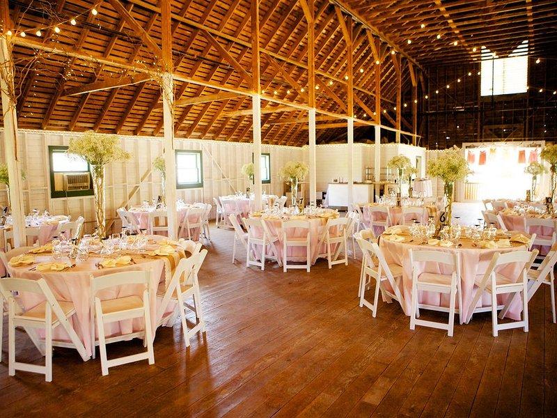La 'White Barn' à Springville est célèbre pour ses mariages incroyables et se trouve à seulement 8 minutes