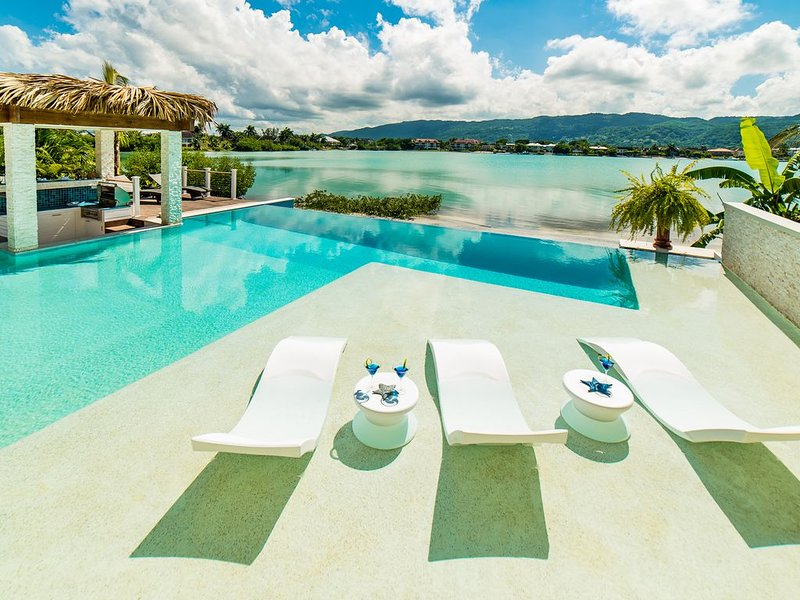 LUXURY 5 BDR BEACHFRONT VILLA POOL BAY VIEWS CHEF BUTLER  *XMAS/NY SPECIALS* – semesterbostad i Montego Bay