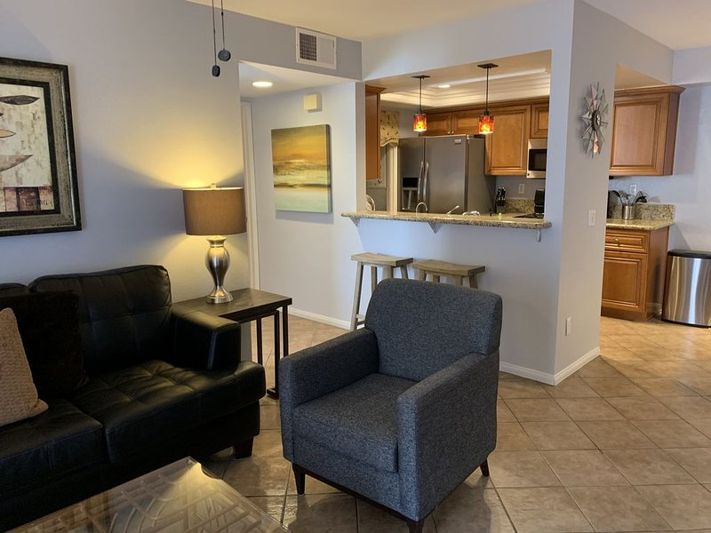 Luxury 2BR/2BA Condo Near Beaches and Del Mar Racetracks, Legoland, Sea World., location de vacances à Rancho Bernardo