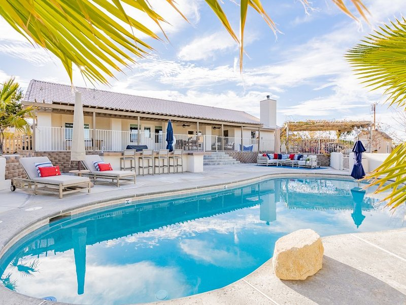Experience Magical Joshua Tree In A Secluded Retreat w/ Pool, HotTub & Game Room, holiday rental in Twentynine Palms