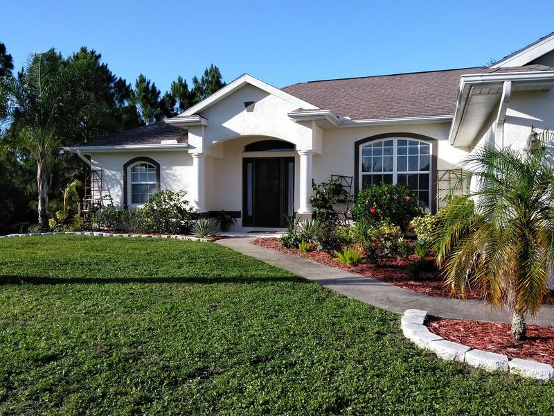 Make yourself at home clean 3/2 private heated saltwater pool home!, vacation rental in North Port