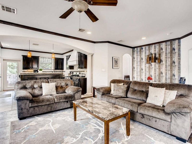 SPECIAL! SUN. FREE WITH WKND STAY! 8 BED HOME MINS TO DT/GREENVILLE/CONVENTION, location de vacances à Dallas