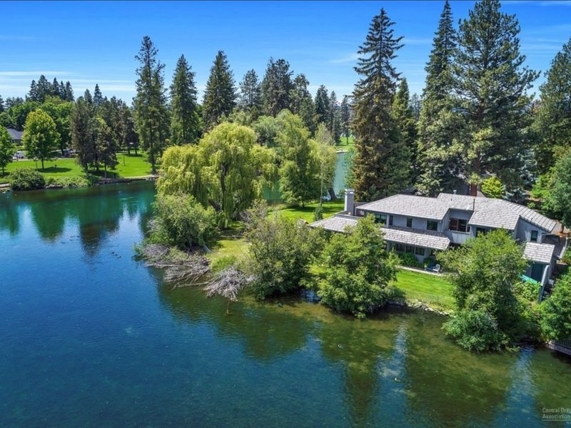 This waterfront home on Mirror Pond is steps away from Downtown Bend, casa vacanza a Bend