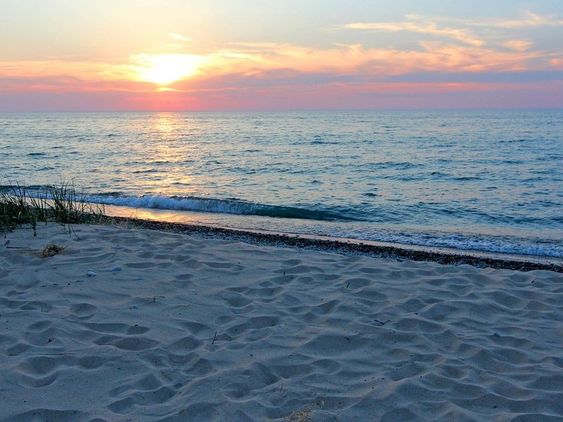 Lake Mich 300' Private Beach S. of Cathead Pt; 4 mi N. of Northport; Sleeps 16, holiday rental in Northport