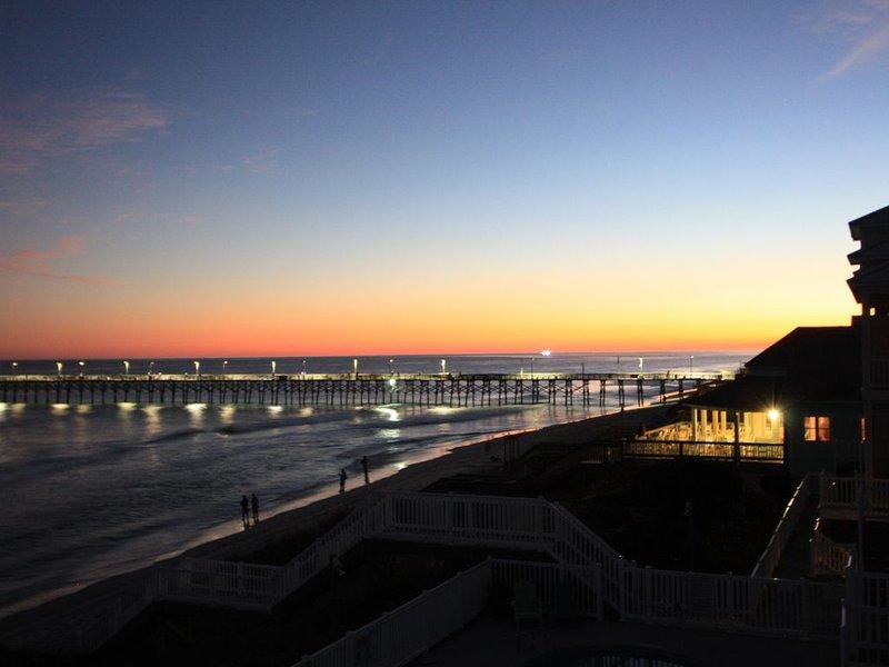 Je zonsondergang! Geweldig dineren aan het strand is te vinden naast de deur (bij verlichte gebouw)