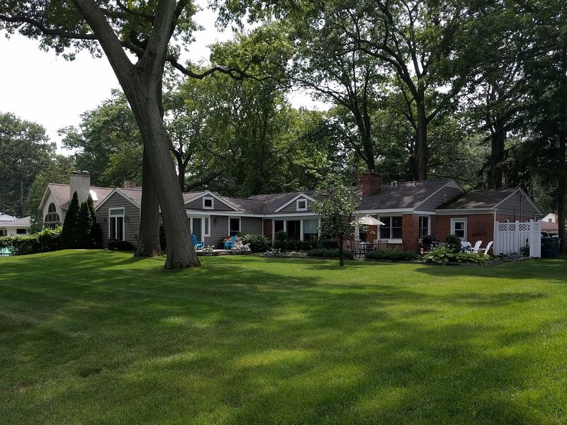 Pet friendly family lake house on spacious lot, with master suite!, casa vacanza a Muskegon County