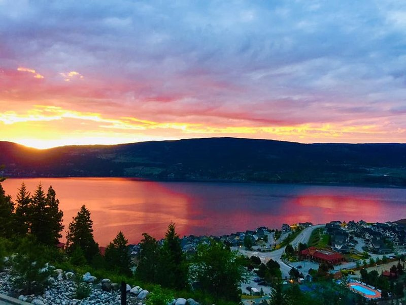 Breathtaking Panoramic Lake Views, Luxurious Resort Cottage., Ferienwohnung in Okanagan-Tal