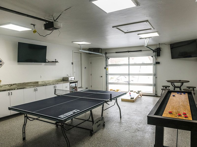 Walk To Lambeau! 100% NEWLY Remodeled Tailgate House, holiday rental in Green Bay