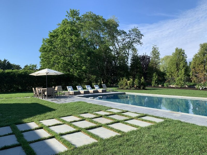 New Southampton Village ranch w/saltwater heated pool. Aug/fall availability, Ferienwohnung in Southampton