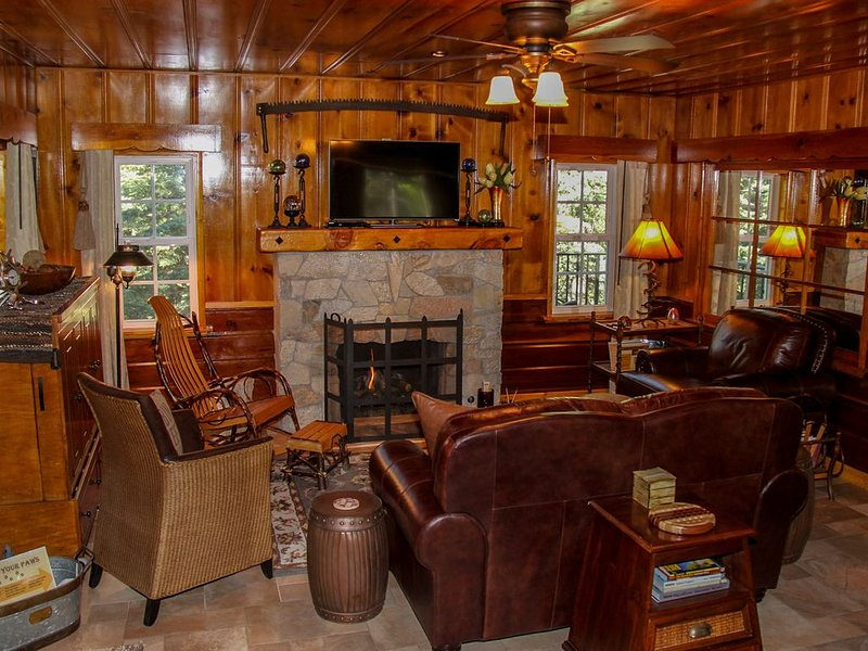 Historic Hershey Cabin, Immaculate, Romantic, Just for Two, alquiler de vacaciones en Lake Arrowhead