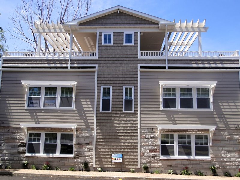 New Beach Getaway Private Rooftop Decks! Sleeps 12/Unit. Steps to Beach., holiday rental in Michigan City