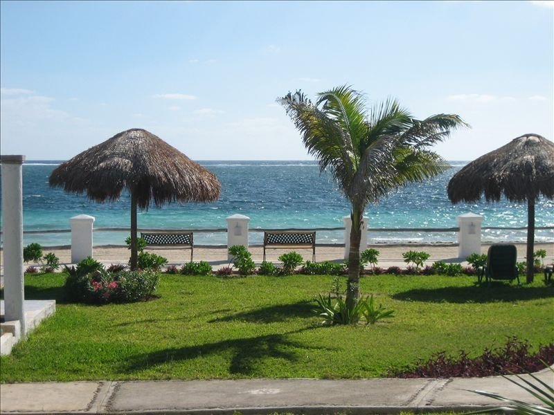 Oceanfront, Poolside Serene Tropical Breezes Condo, holiday rental in Puerto Morelos
