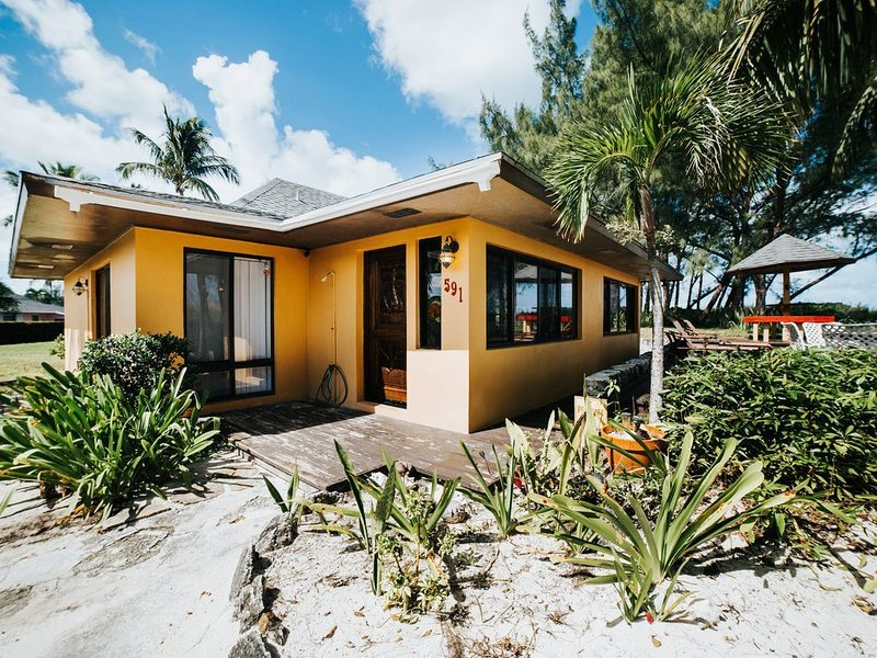 BEACH FRONT. EXCELLENT WIFI & HEATED POOL. SHOWCASED ON HGTV BAHAMA LIFE, location de vacances à Green Turtle Cay