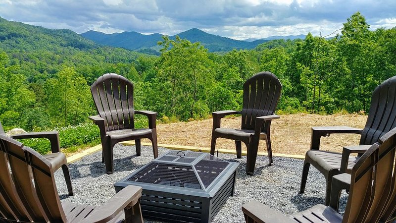 Incredible Mountain Views; Upscale; Hot Tub; Fire Pit; Gas Fireplace; Secluded, vacation rental in Bryson City