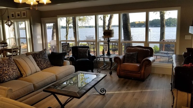 Stunning 4 BR 3 BA Gem on Deer Island with over 200 foot of waterfront, holiday rental in Eustace