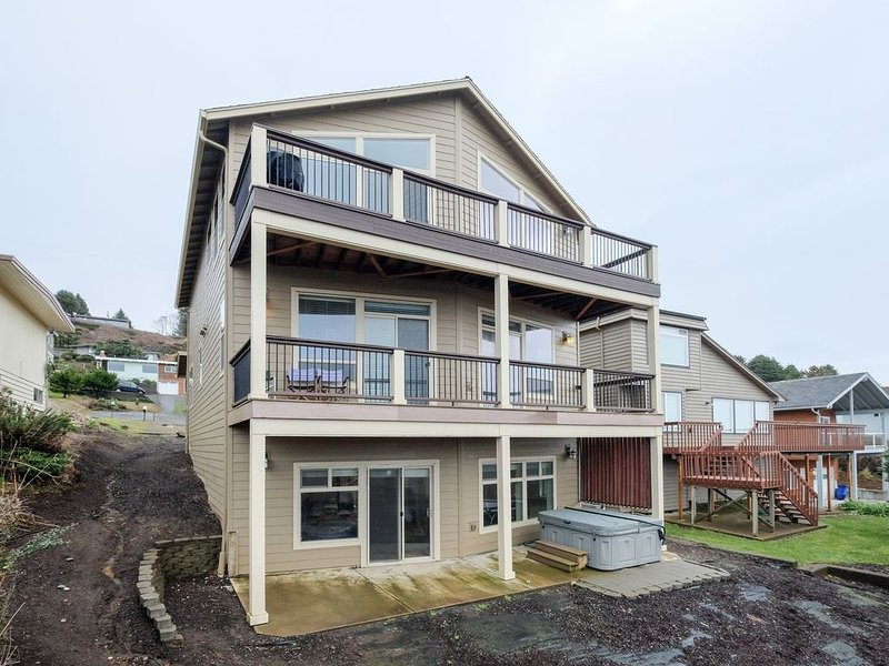 Spectacular 180 View in Roads End with Hot Tub - Special Offer, location de vacances à Lincoln City