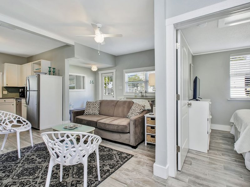 1BR/1BA NEW Coastal Boutique Cottage. HGTV Worthy! Sleeps 4. Steps to Beach!, vacation rental in Clearwater