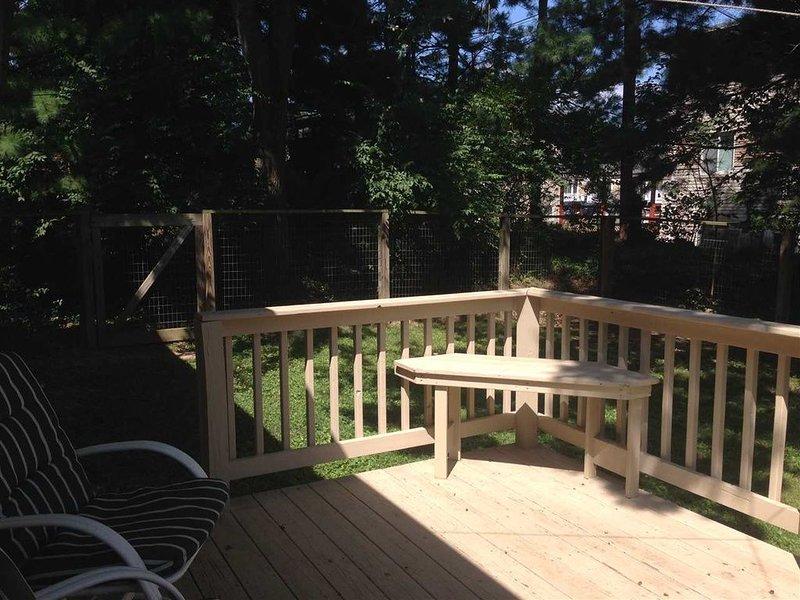 Belle cour clôturée avec des jardins et une terrasse d'observation,