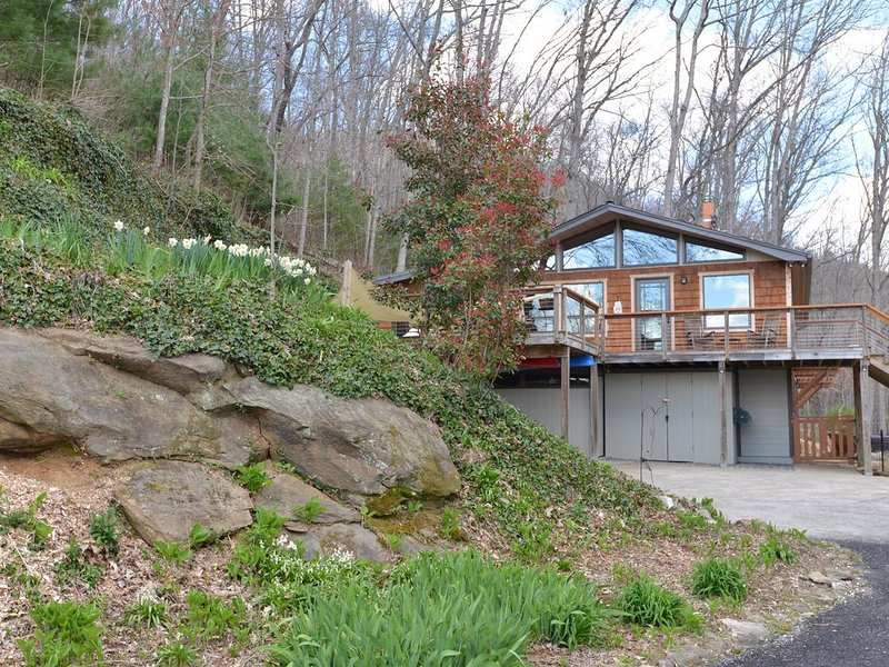 Hot tub/beautiful views/privacy and only 16 miles to downtown Asheville!, casa vacanza a Fairview