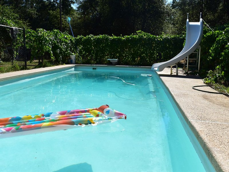 Peaceful Country Retreat on 20 acres w/pool, aluguéis de temporada em Redding