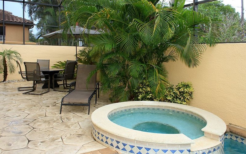 5 Bedrooms - Cabana with Bath & Kitchenette ! Includes Pool heat.  Near Beach, holiday rental in Naples Park