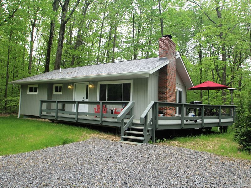 Getaway to Conneaut--with Hot Tub and Rustic Fire Pit, holiday rental in Clarks Mills