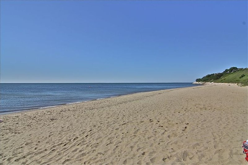 Fabulous Beach Cottage with Ocean Views and Steps to the Beach, holiday rental in Mashpee