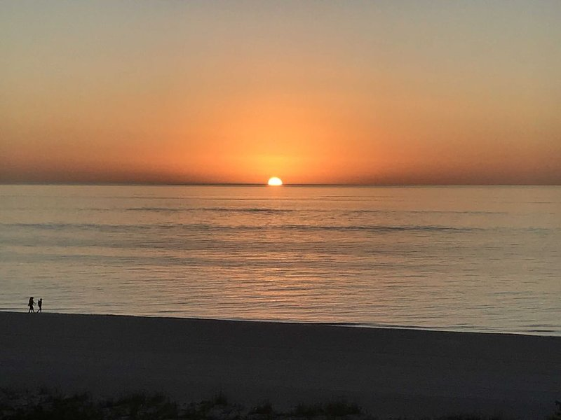 LUXURY DIRECT BEACHFRONT - PRIME END UNIT - NEWLY REMODELED - STUNNING!, vacation rental in Goodland