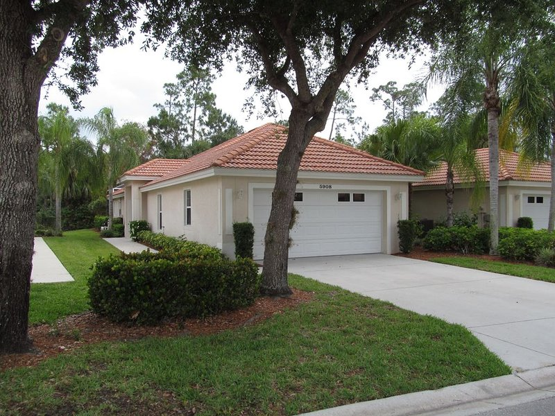 Spacious 2BR pool home in favored Carlton Lakes ! Excellent amenities, holiday rental in North Naples