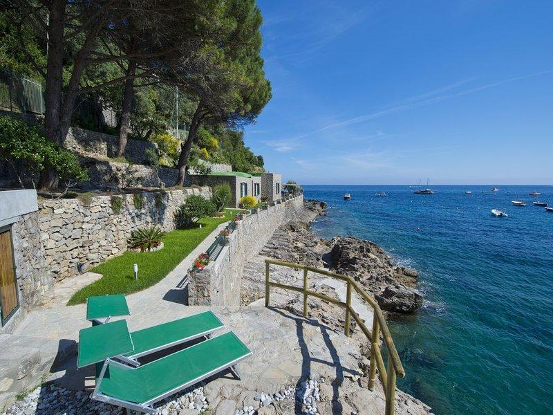 Villa La Punta - by the sea - direct access to the sea, Ferienwohnung in Massa Lubrense