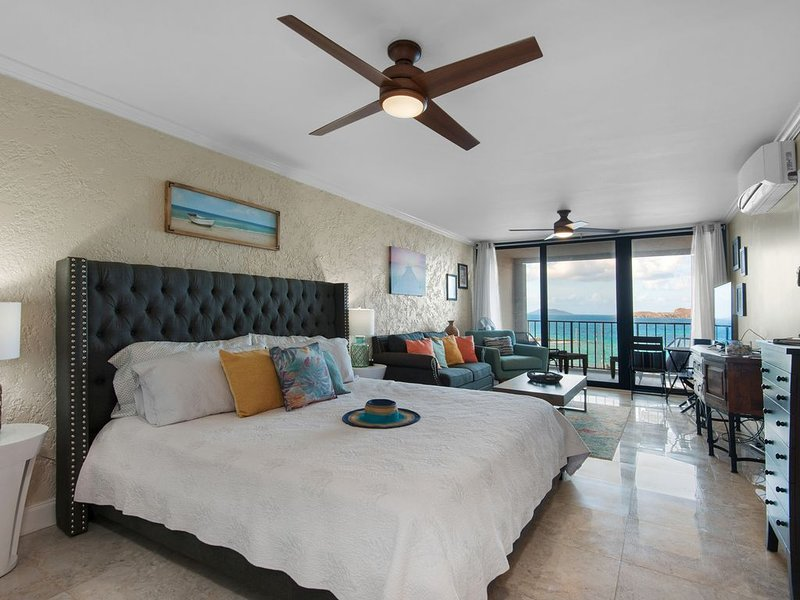 Remodelación total, cama King, brisas de la isla impresionantes y vistas increíbles.