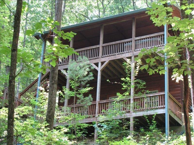 2 balcons complets, bain à remous au deuxième étage de cette belle maison isolée en bois rond