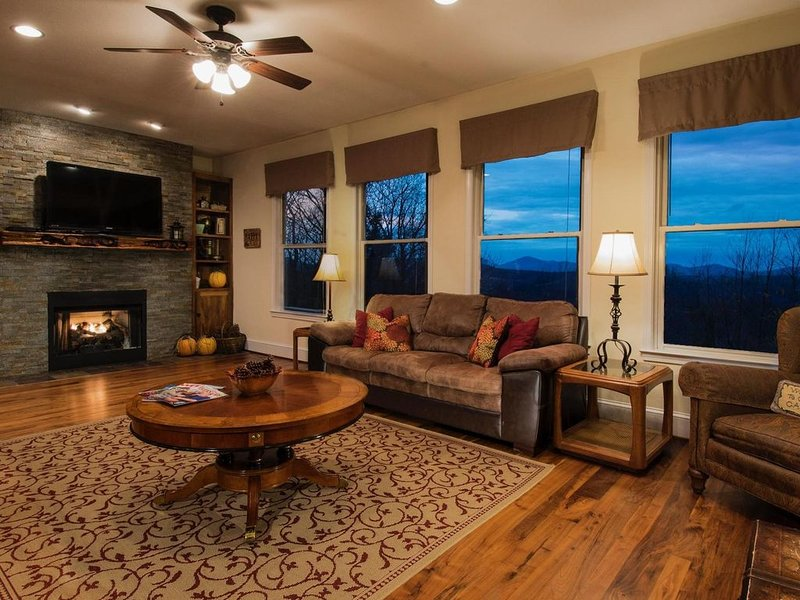 6 BR Enormous, 4700 Square Foot Vacation Home with Majestic Mountain Views!, holiday rental in Boone