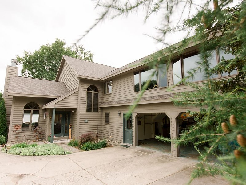 Elk Lake Premier home, private waterfront, close to Traverse City!, holiday rental in Williamsburg