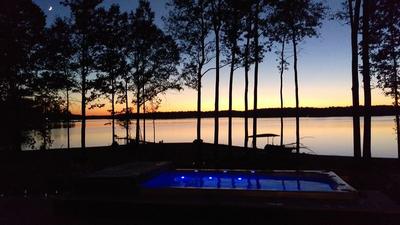 Wine Down: Your Southern-Style Waterfront Getaway on Lake Anna's Private Side, holiday rental in Bumpass