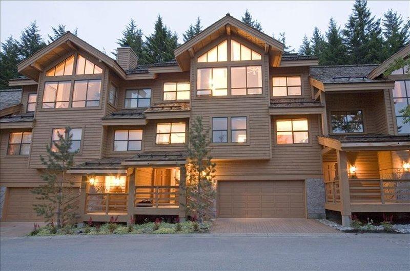 Best Mountain View, 5-Star Luxury  Whistler Village 5BR Ski-in, alquiler vacacional en Whistler