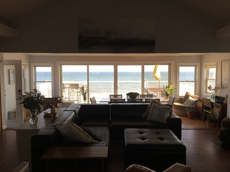 Amazing Ocean Front 2 Story Home, Steps Away From The Water, alquiler de vacaciones en Westerly