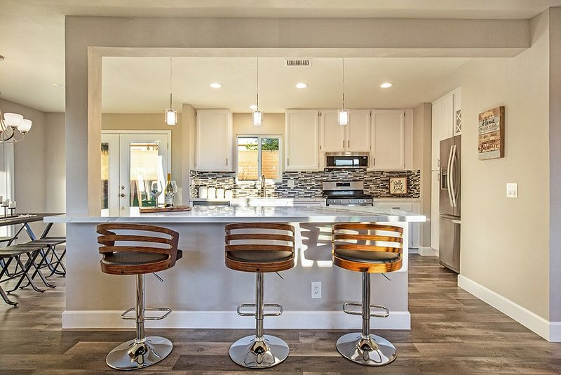 Modern Home SoCal Luxury Claremont/Upland 2BD/ 2BTH +Den, Oasis Backyard w/ BBQ, vacation rental in La Verne