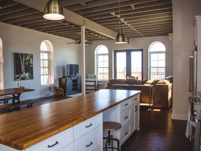 4 Bedroom Penthouse with Lower Harbor Views in Downtown Marquette, alquiler de vacaciones en Marquette