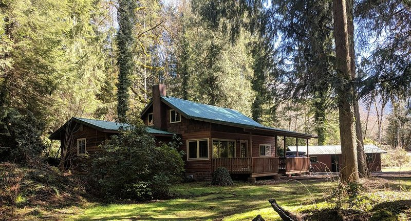 Classic 1925 Salmon Riverfront Cabin, vacation rental in Welches