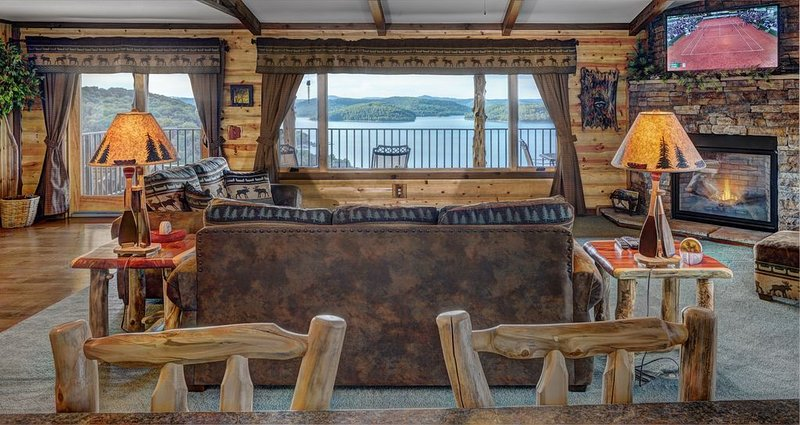 NEW Suite On Beaver Lake, Hot Tub, Boat dock/Swim Deck, SPECTACULAR views!, holiday rental in Eureka Springs