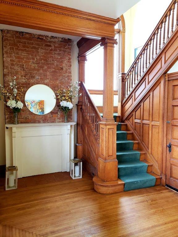 Le foyer Le condo est en haut des escaliers au deuxième étage.