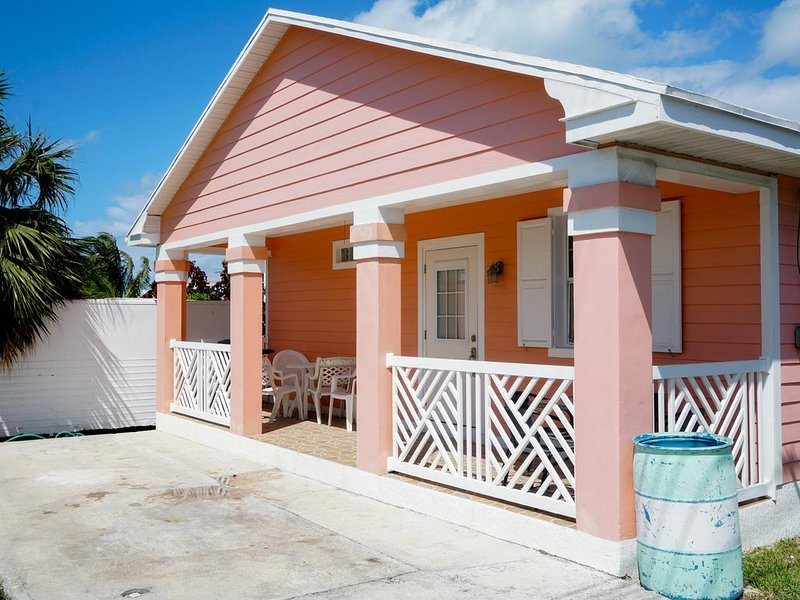 Starfish Cottage. FREE Golf Cart Included. Just 2 minute walk to the Beach, location de vacances à Eleuthera