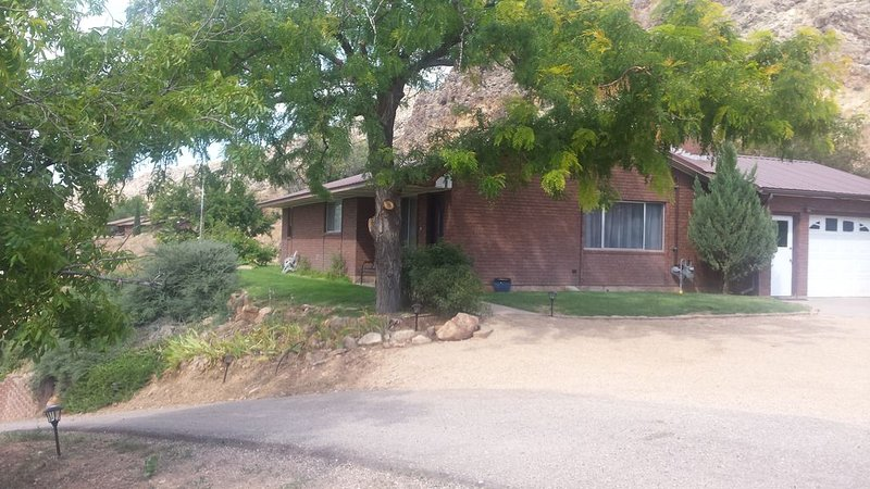 Private 2 Bedroom/ 2 Bath Home, close to Zion National Park, holiday rental in Toquerville